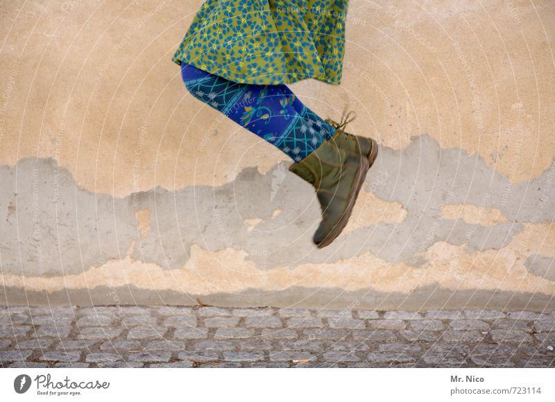 g-hüpft Lifestyle feminin Frau Erwachsene 1 Mensch Gebäude Fassade Mode Rock Strumpfhose Stiefel springen blau grün Freude Glück Fröhlichkeit Zufriedenheit