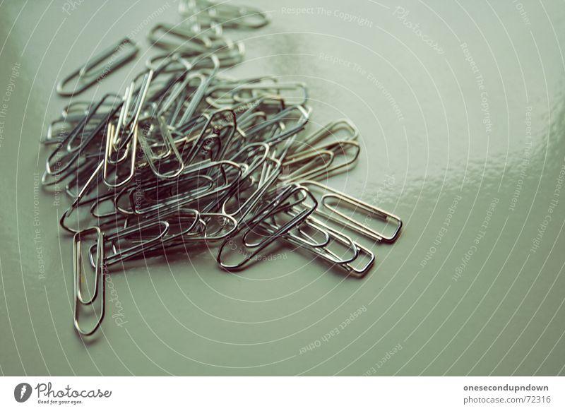 Klammern Metall Arbeit & Erwerbstätigkeit liegen glänzend mehrere festhalten viele chaotisch silber durcheinander Draht Haufen Chrom Büroklammern praktisch heften