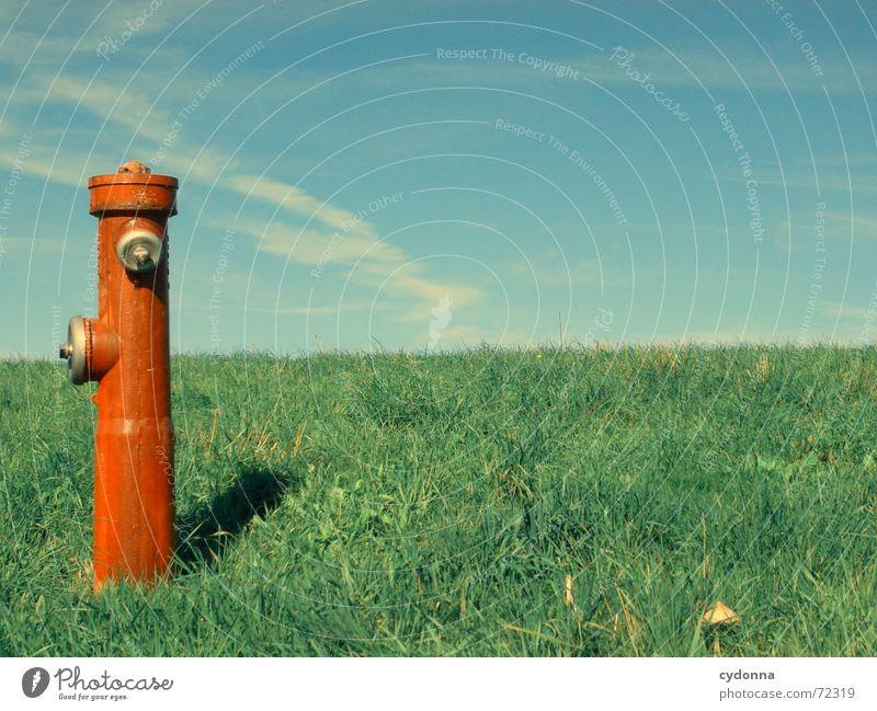 Wasserspender Natur Himmel rot Sommer Wiese Gras Dinge außergewöhnlich Statue Gesellschaft (Soziologie) Säule Kühlung Einkommen Hydrant Verdrängung