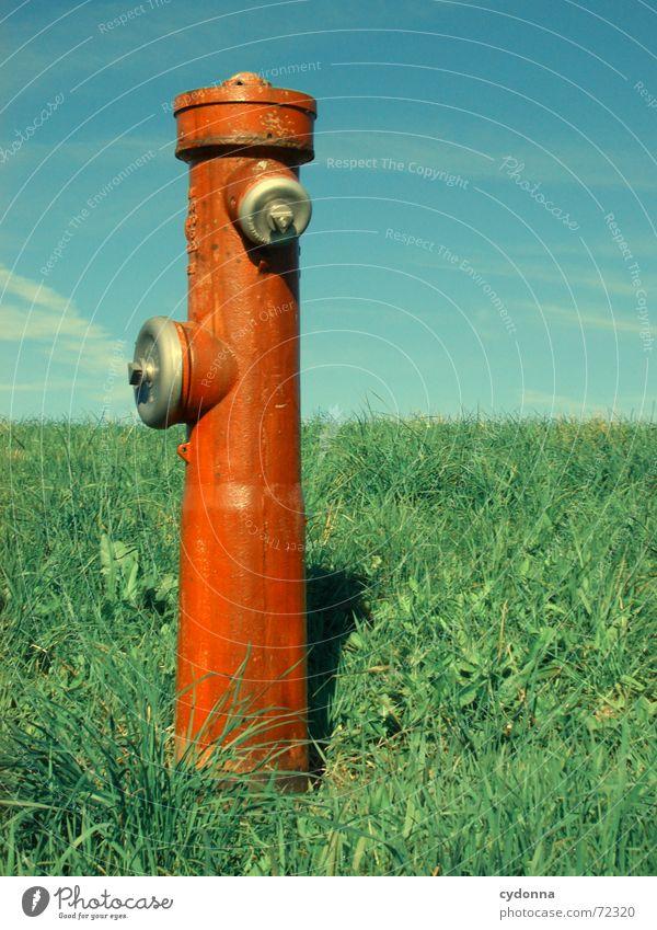 Wasserspender I Natur Himmel rot Sommer Wiese Gras Dinge außergewöhnlich Statue Gesellschaft (Soziologie) Säule Kühlung Einkommen Hydrant Verdrängung