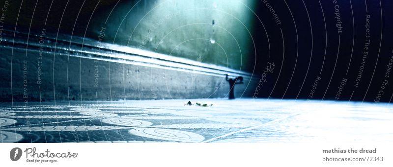 einsamer Flur kalt Einsamkeit Muster Licht Fliesen u. Kacheln Bodenbelag Holzleiste bodenleiste Lichtschein türstopper Gang