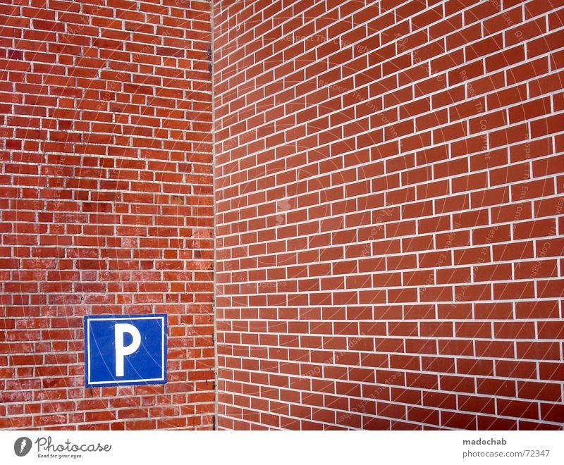 P WIE GLÜCK | parken parkplatz ziegel steine mauer verkehr auto blau rot Wand Glück Mauer Stil Park Schilder & Markierungen Verkehr Suche Ecke trist festhalten