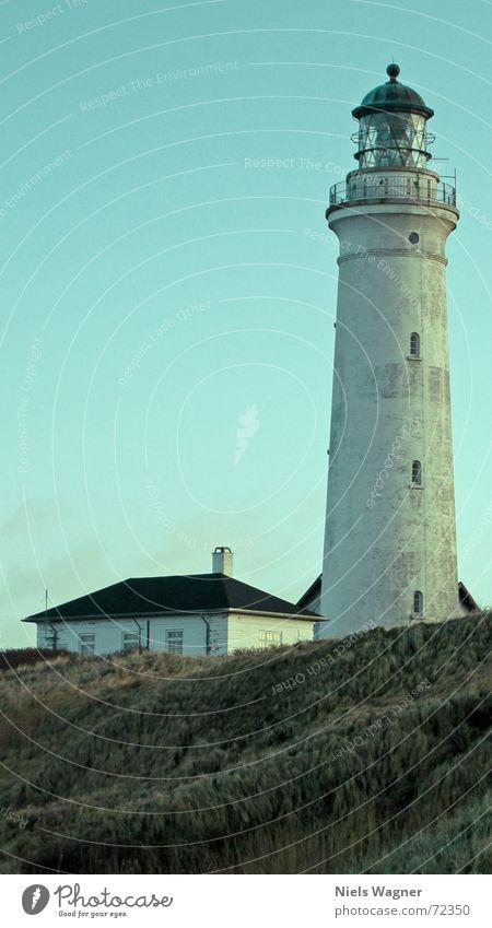 Leuchte den Weg Leuchtturm Haus Licht Lampe Fenster Gras Verlauf Winter gefährlich rund Wasserfahrzeug Luft Strand weiß gefroren Himmel Stranddüne Glas