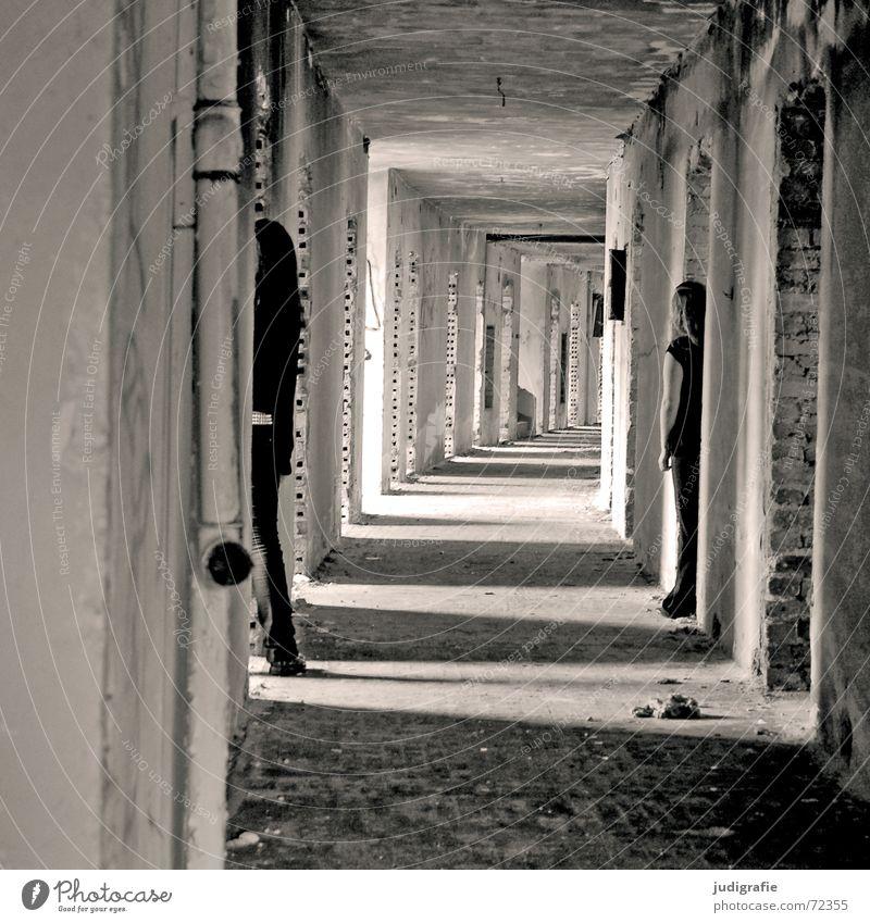 Zwei Mädchen im Gang möglich Tunnel Licht Flur Haus Gebäude Demontage Ruine Hotel Gernrode Backstein Wand Eingang Ausgang Erwartung unheimlich 2 schwarz weiß