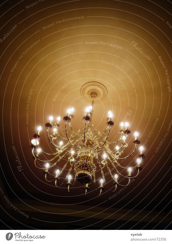 Deckenhöhe 3,5m Lampe Raum Nacht glänzend Altbau Messing Licht Gala kronenleuchter Abend gold light night evening chandelier shine ceiling lamp brass