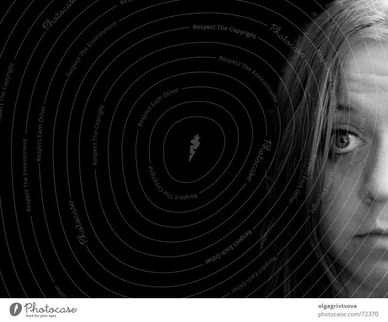 Eine tiefe Leere schwarz Frau feminin Stirnfalte leer eine tiefe leere halbes gesicht Mensch Kopf Schwarzweißfoto nichtssagend nichts wissend Unbekümmertheit