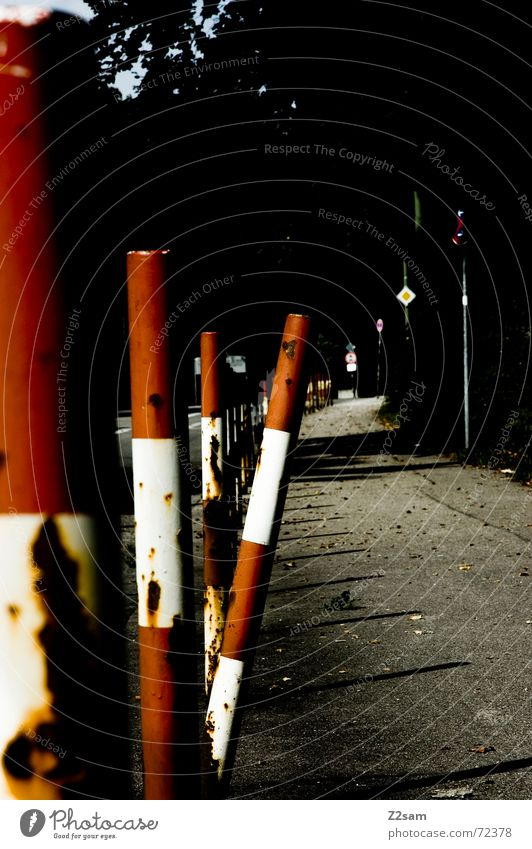 aus der Reihe tanzen II rot Straße Schilder & Markierungen Perspektive Bürgersteig Zaun Pfosten Bordsteinkante Fahrbahn