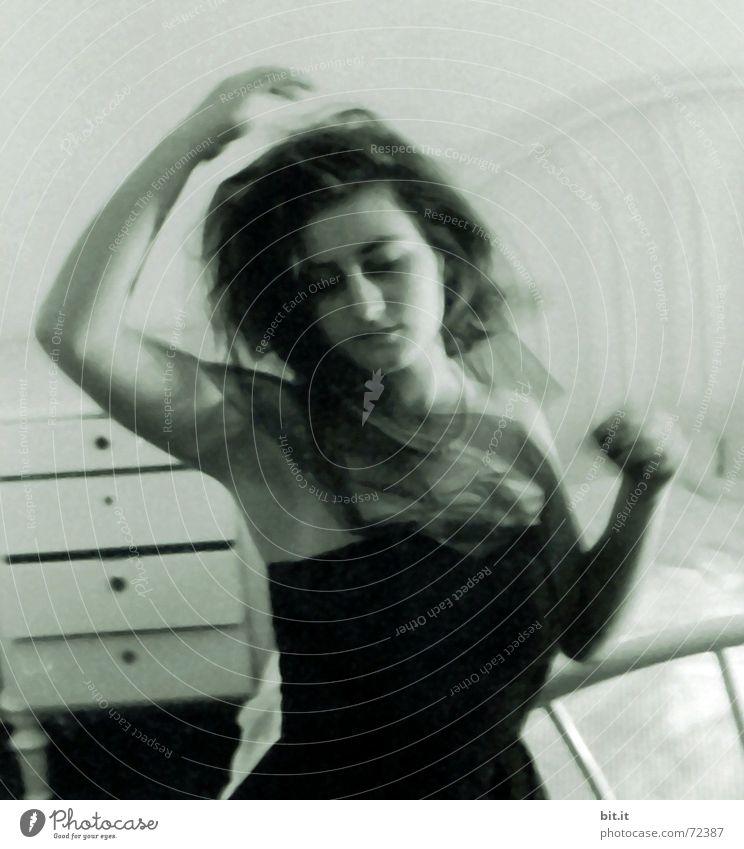 Schleierhaft Frau Freude Gesicht ruhig feminin Bewegung träumen Tanzen Raum Erwachsene Arme elegant Bett Romantik Lebensfreude Leidenschaft