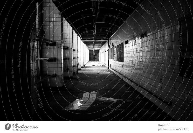 Nahtoderfahrung Licht Tunnel Gebäude Demontage abrissreif Bauschutt verfallen Fabrik Etage Flur Zeche gruselig Schatten schäbig alt Leben Tod nahtoderfahrung
