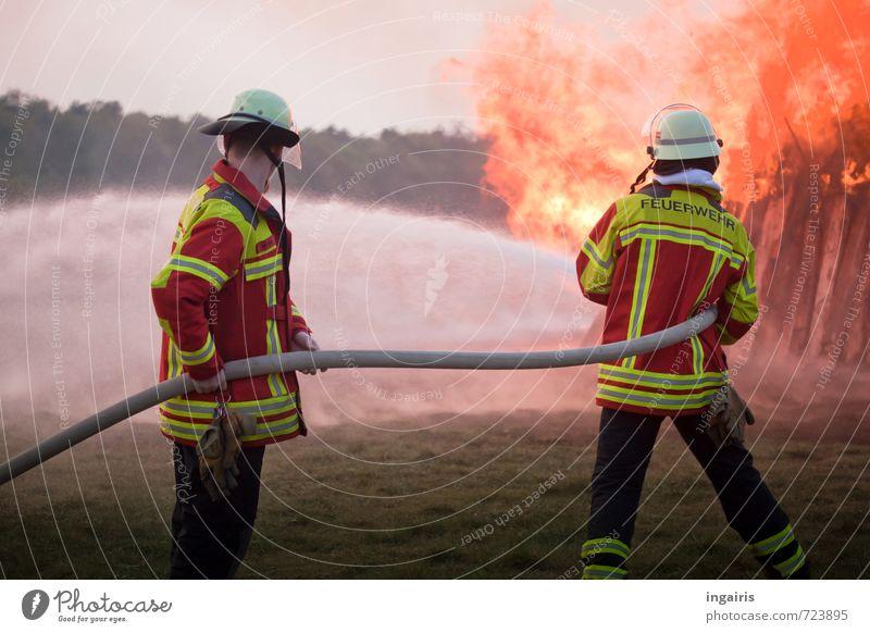 Feuer löschen Berufsausbildung Feuerwehrmann Arbeitsplatz Mensch 2 Umwelt Himmel Holz Rauch kämpfen leuchten heiß gelb orange rot Tatkraft Verantwortung achtsam