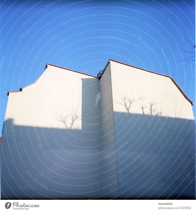 mach noch mal blau Stadt weiß Haus Umwelt Wand Mauer Kunst Fassade Lifestyle Häusliches Leben ästhetisch Vergänglichkeit Zukunftsangst Skyline Stadtzentrum