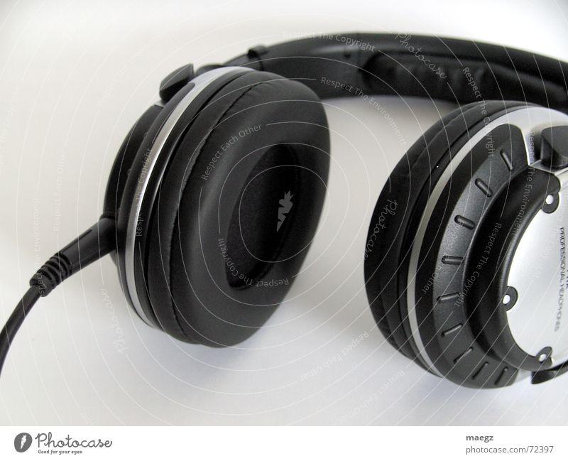 Headphones Kopfhörer Griff Buchse Anschluss Kleiderbügel Musik Innenaufnahme laut Diskjockey liegen Nachtleben grau schwarz weiß hören Kabel headphones