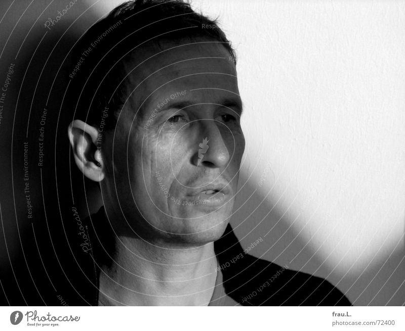 Schatten Mann Porträt Sonnenlicht Wand skeptisch ernst gelehrt Mensch unwillig Gesicht Falte Ohr Lampe Fragen