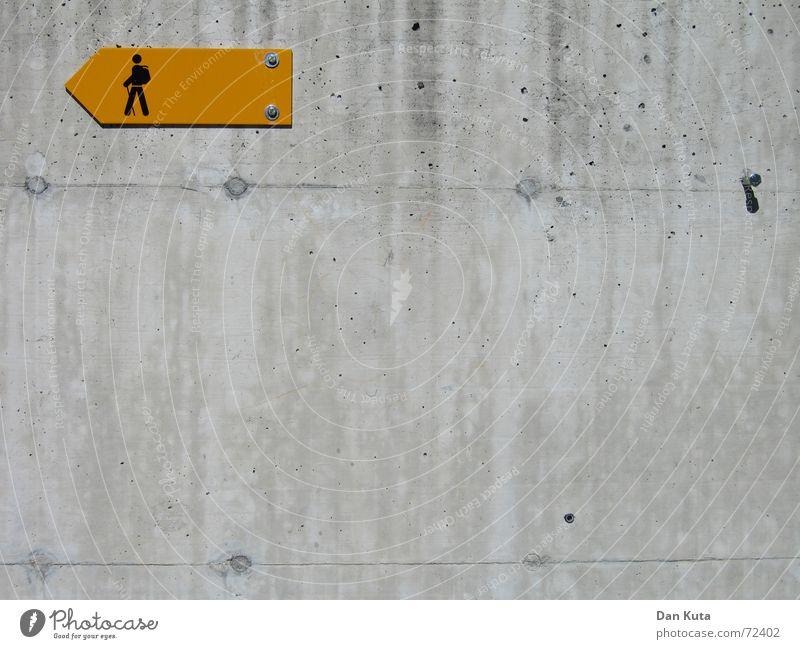 Ja, wo laufen sie denn? Pt. 1 gelb Lampe Wand Freiheit grau orange glänzend wandern gehen Schilder & Markierungen Beton Ausflug Ecke trist Spaziergang