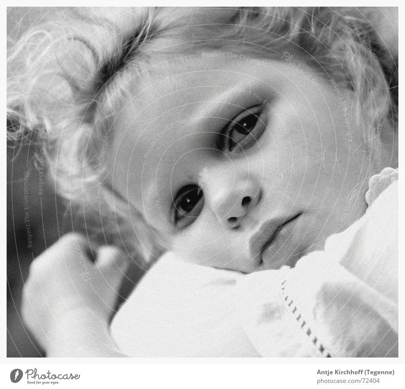 Geborgenheit Kind Mädchen Auge Traurigkeit klein Nase Trauer süß offen Müdigkeit niedlich Freundlichkeit Locken Fee zierlich verträumt
