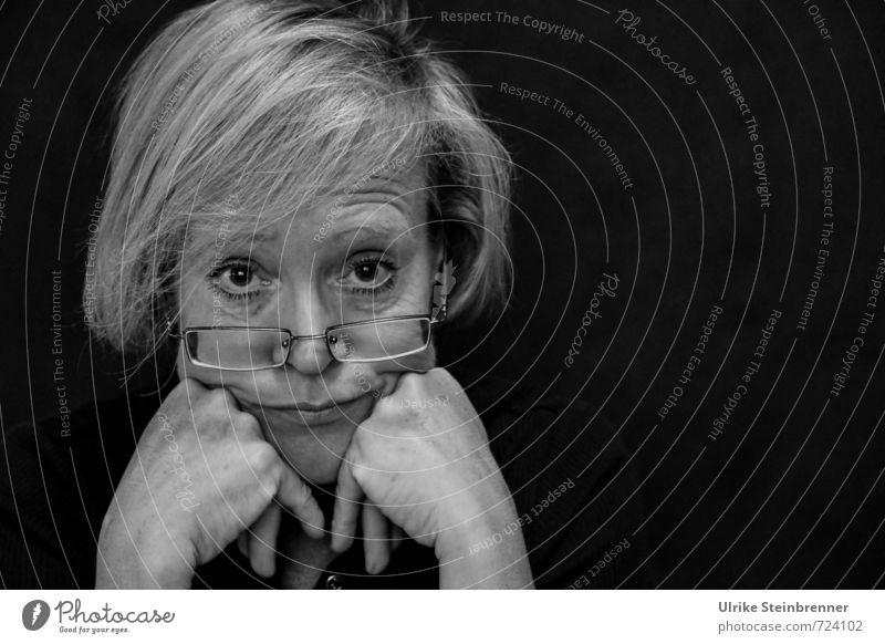 Sauer macht lustig / Von wegen! Mensch feminin Frau Erwachsene Weiblicher Senior Leben Gesicht Hand 1 45-60 Jahre beobachten Denken Traurigkeit alt dunkel