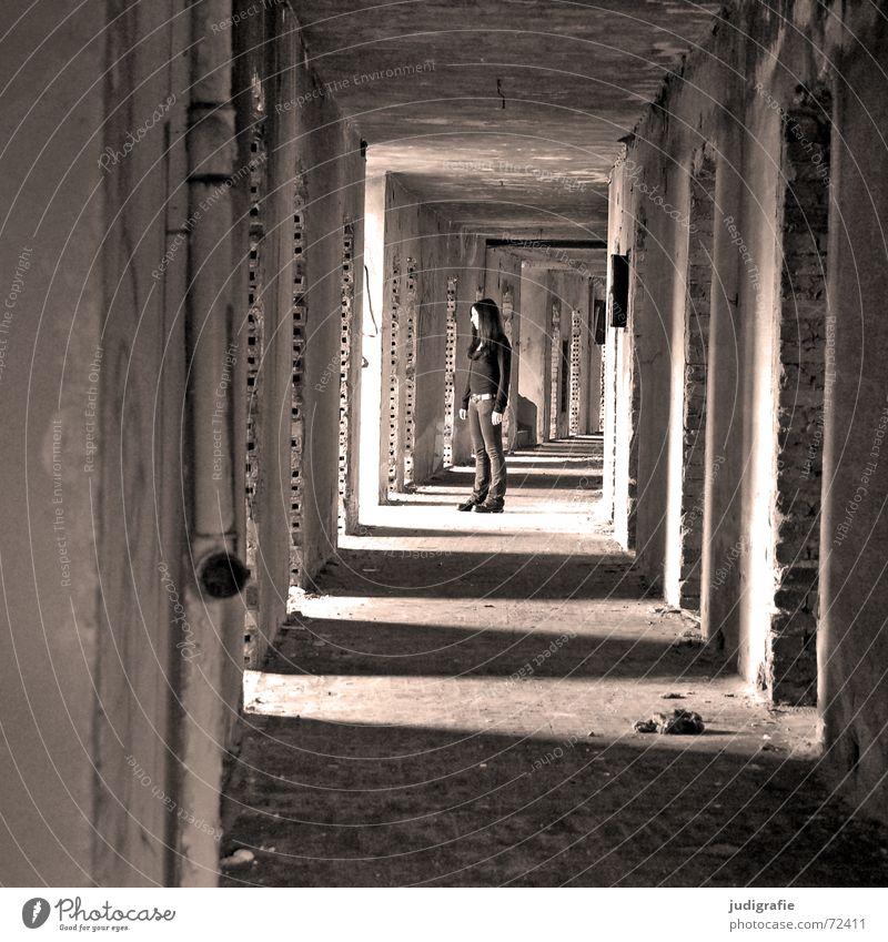 Ein Mädchen im Gang möglich Tunnel Licht Flur Haus Gebäude Demontage Ruine Hotel Gernrode Backstein Wand Eingang Ausgang Erwartung schwarz weiß verfallen