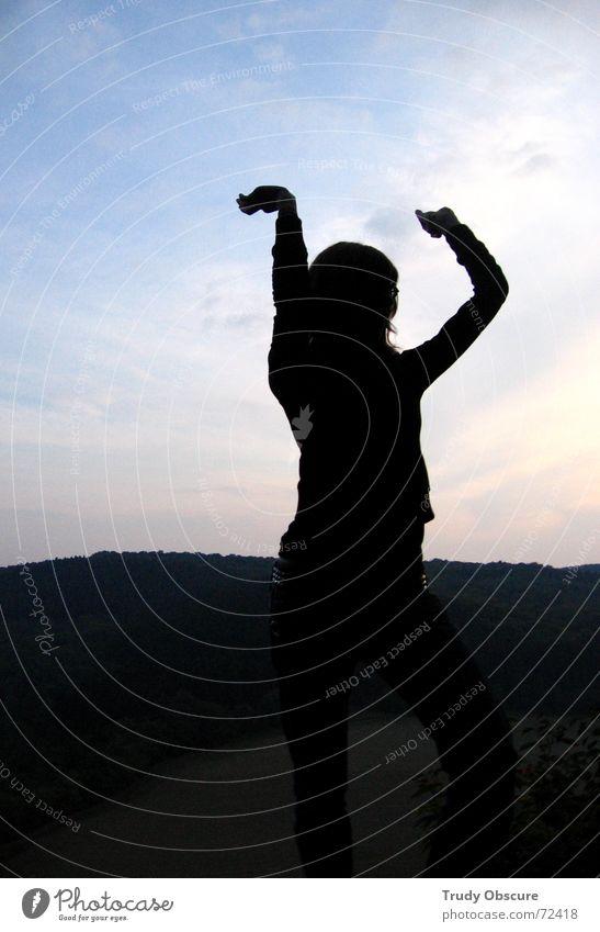 dancing in heaven Mensch Frau Himmel Hand Freude Wiese feminin Bewegung Zufriedenheit Arme Aussicht Witz