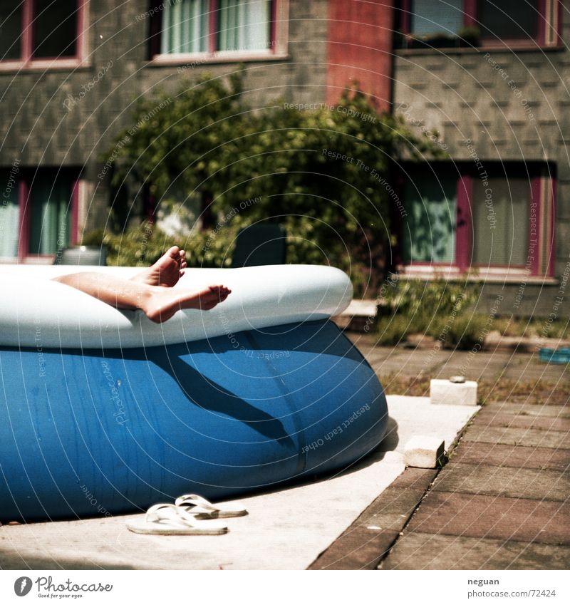 großstadt romantik Schwimmbad Flipflops Sommer Physik Erholung Haus Studentenwohnheim blau Wärme Schwimmen & Baden