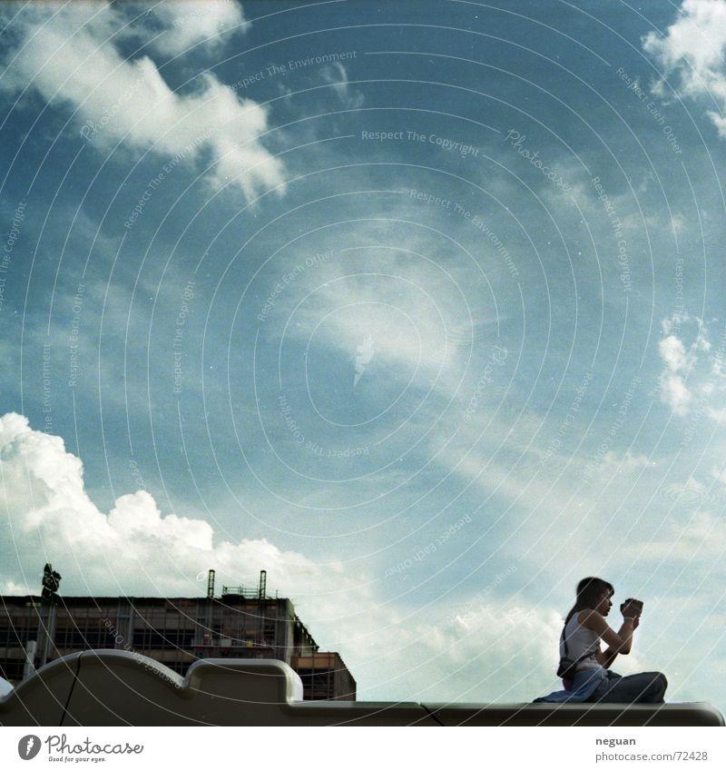 raumfrei gefilmt Mensch Himmel Wolken Gebäude sitzen Fotokamera Potsdamer Platz Digitalkamera Sony Center Berlin