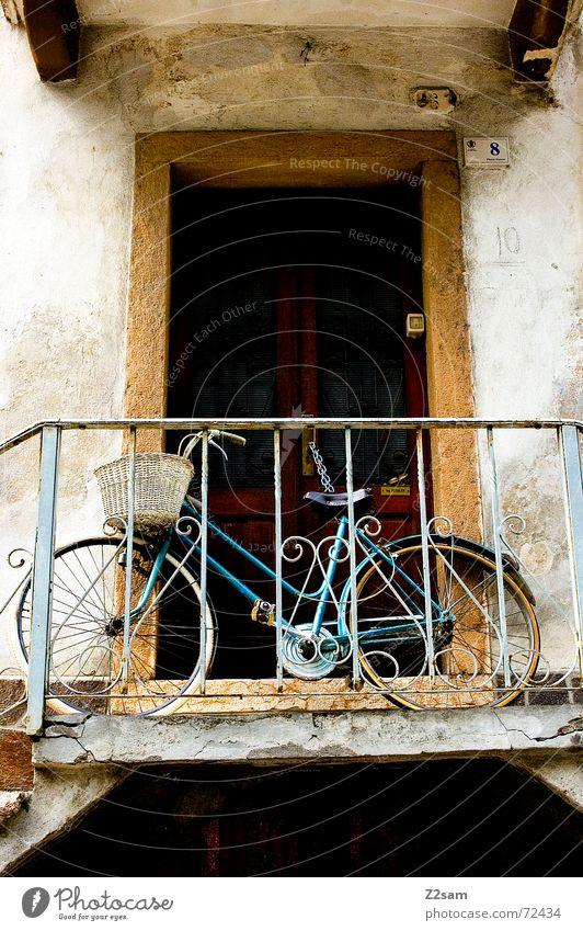 italian bicycle Fahrrad Fahrzeug stehen vorwärts Korb Italien anlehnen Tür Treppe Geländer Leiter fahrradkorb alt