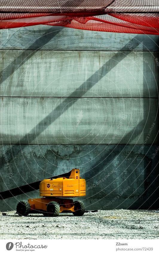 lonely machine Baustelle Fahrzeug Bagger Licht rot gelb Kies baustellenfahrzeug Lichtstrahl Schatten Netz