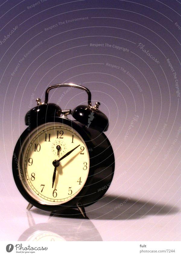 Wecker Zeit schwarz Stil rund Uhr retro altmodisch Reflexion & Spiegelung Farbverlauf violett weiß beige stehen unten vertikal Makroaufnahme Metall