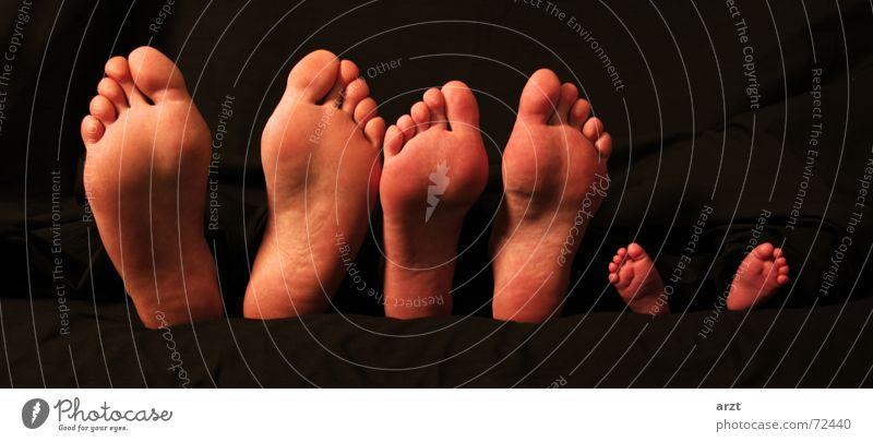 vater mutter kind Vater Mutter Kind Familie & Verwandtschaft Zehen Fußsohle Fußspur Mann Frau Baby groß klein Sohn Erholung dunkel 30 feet footprint Junge Decke