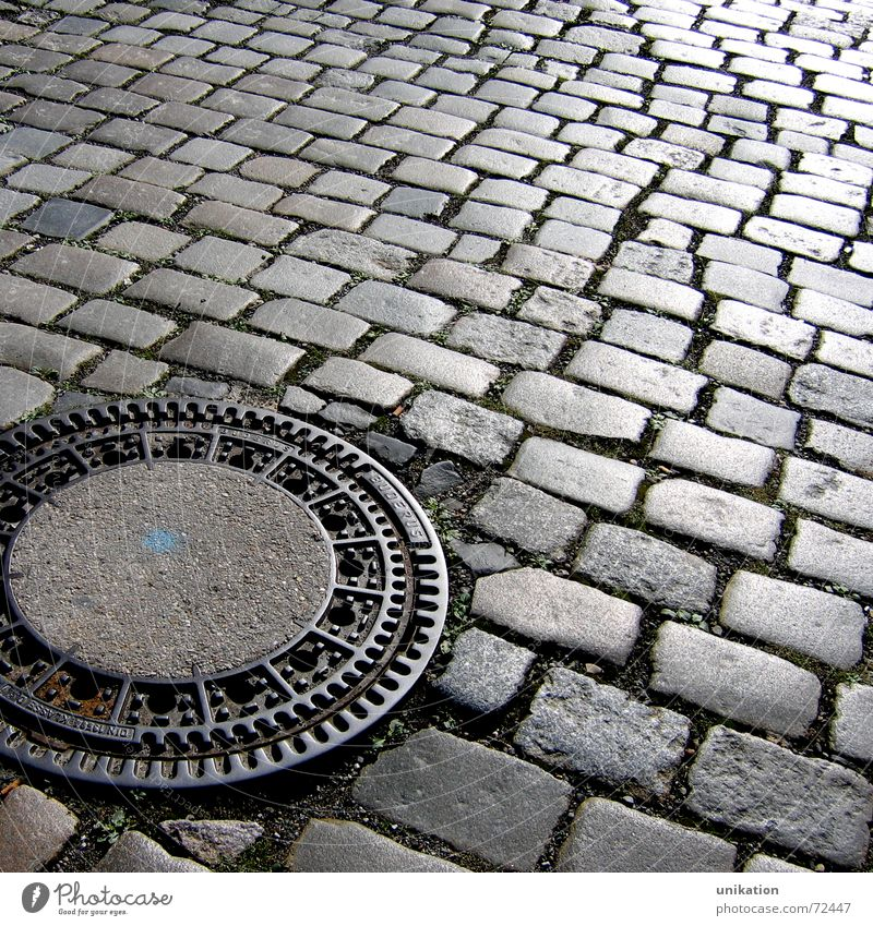 Straßenmuster Gully Kopfsteinpflaster Straßenbelag pflastern Abfluss fließen Muster Mosaik Stein Wege & Pfade Strukturen & Formen Pflastersteine