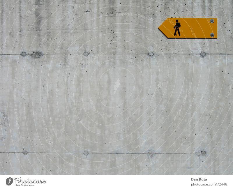 Ja, wo laufen sie denn? Pt. 2 gelb Lampe Wand Freiheit grau orange glänzend wandern gehen Schilder & Markierungen Beton Ausflug Ecke trist Spaziergang
