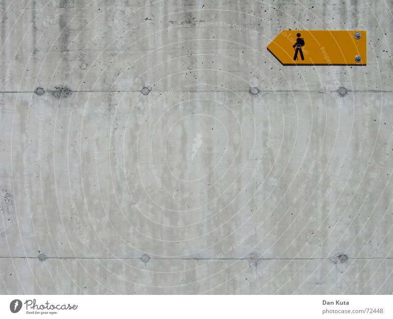 Ja, wo laufen sie denn? Pt. 2 gelb Lampe Wand Freiheit grau orange glänzend wandern gehen laufen Schilder & Markierungen Beton Ausflug Ecke trist Spaziergang