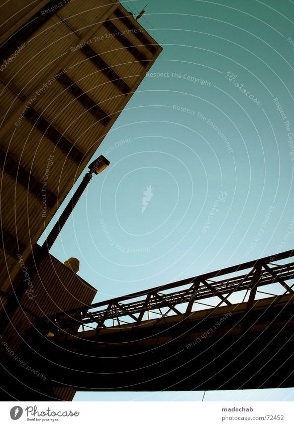 DO IT MY WAY | brücke gebäude building architektur himmel Himmel blau Farbe Einsamkeit Wolken Haus dunkel Fenster Leben Architektur Traurigkeit Stil Gebäude