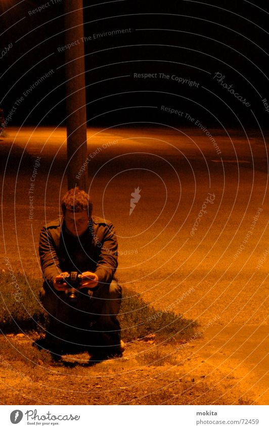 Nacht Platz dunkel Laterne Mann Mensch Fotokamera sitzen
