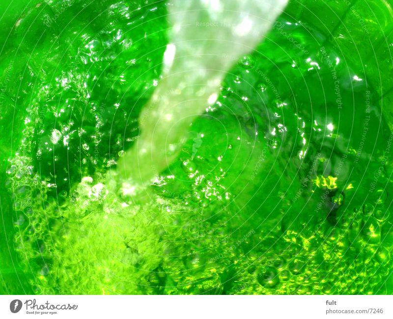 kaltesklareswasser frisch grün hellgrün sprudelnd weiß füllen ausrüsten Stil Getränk Wellen fließen Alkohol Wasser Klarheit frisches grün Natur blasen Bewegung
