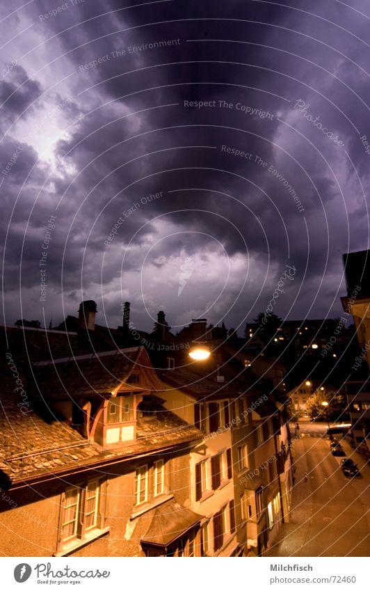 Last Day Nacht Wolken dunkel Straßenbeleuchtung Endzeitstimmung Häuserzeile Stadt ungemütlich beeindruckend Gewitter