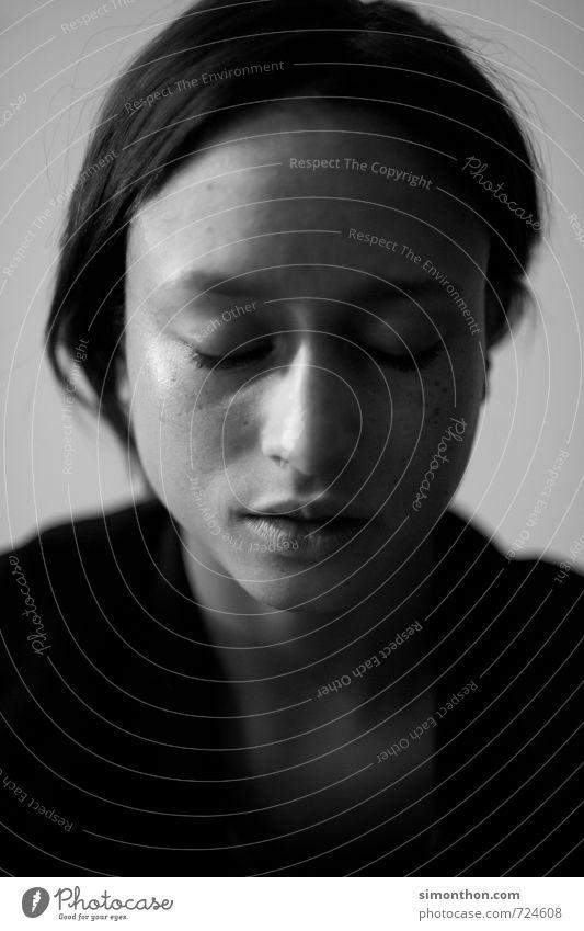 Portrait Mensch schön Einsamkeit Erholung ruhig Gesicht Leben Traurigkeit Gefühle feminin Zeit Religion & Glaube Kopf Stimmung träumen elegant
