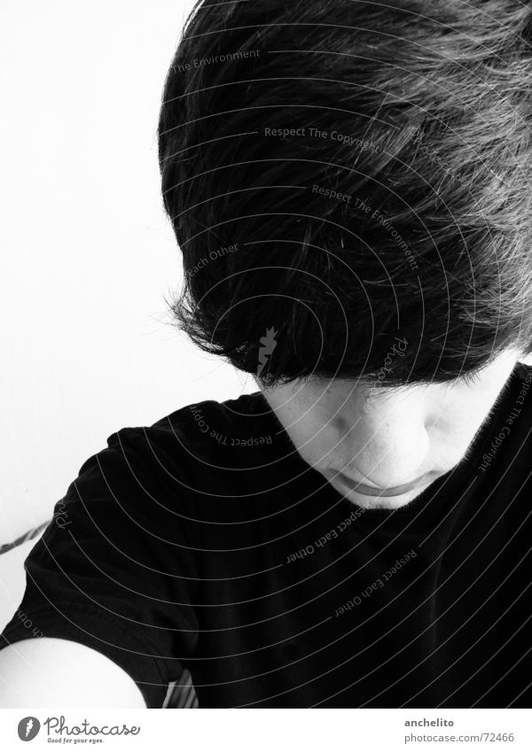 Pilzkopf Mann schwarz weiß bewegungslos See unten Blick nach unten ruhig Porträt Schwarzweißfoto Jugendliche boy man Typ guy mensch human black/white Pilzhut