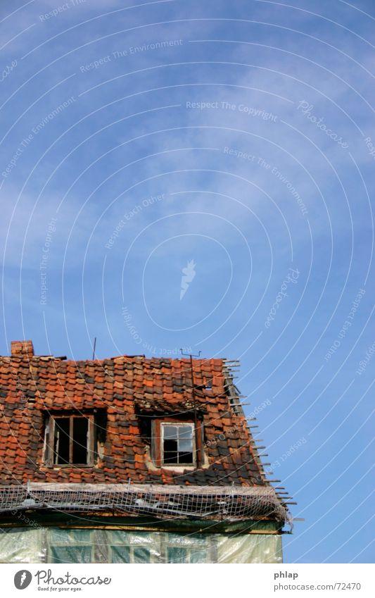 halberstädter himmel Wolken Dach Fenster Haus Ruine Fachwerkfassade Fassade Dachziegel rot kaputt Hoffnung Aussicht Himmel Glas blau alt tragsich Traurigkeit