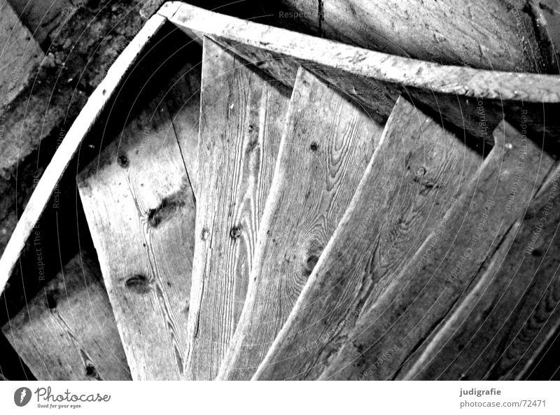 Hinab alt weiß schwarz oben Holz hoch Treppe verfallen aufwärts abwärts