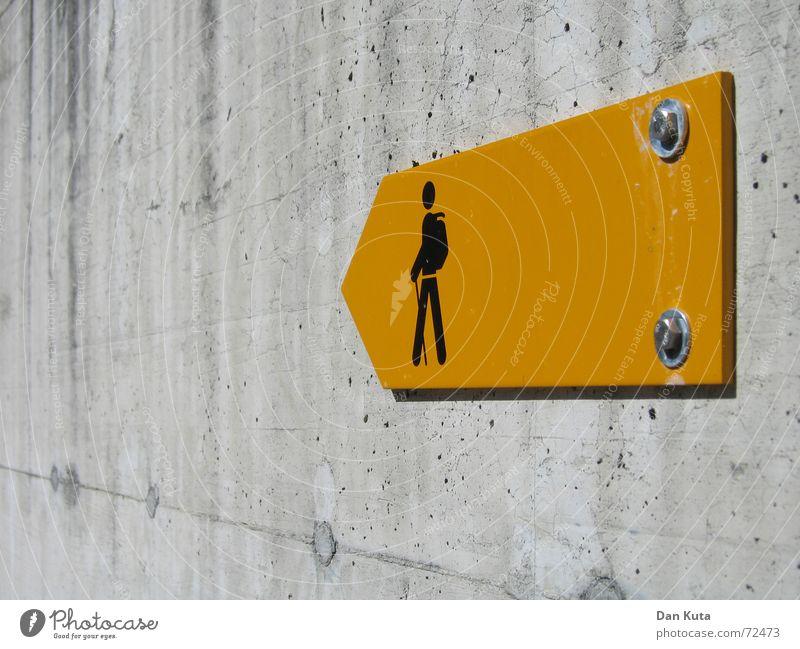 Ja, wo laufen sie denn? Pt. 3 gelb Lampe Wand Freiheit grau orange Kunst glänzend wandern gehen laufen Schilder & Markierungen Beton Ausflug Ecke trist