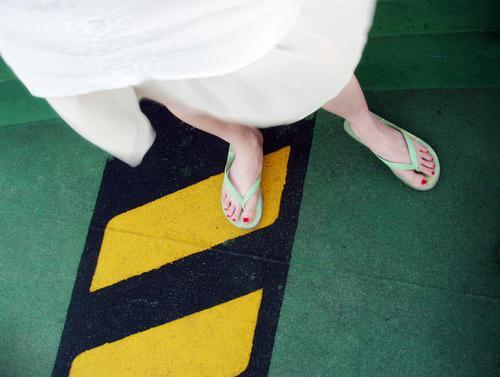 Slippery when wet gelb grün schwarz weiß gefährlich Stahl Kleid Schuhe Fähre Wasserfahrzeug parken Parkdeck Garage dreckig black white Beine legs bedrohlich
