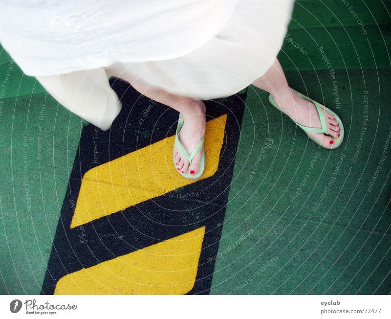 Slippery when wet weiß grün schwarz gelb Farbe Fuß Schuhe Beine Wasserfahrzeug dreckig Bekleidung gefährlich Bodenbelag bedrohlich Kleid