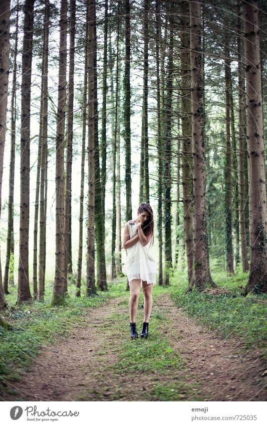 white feminin Junge Frau Jugendliche 1 Mensch 18-30 Jahre Erwachsene Natur Wald Mode Kleid außergewöhnlich dünn weiß Farbfoto Außenaufnahme Tag