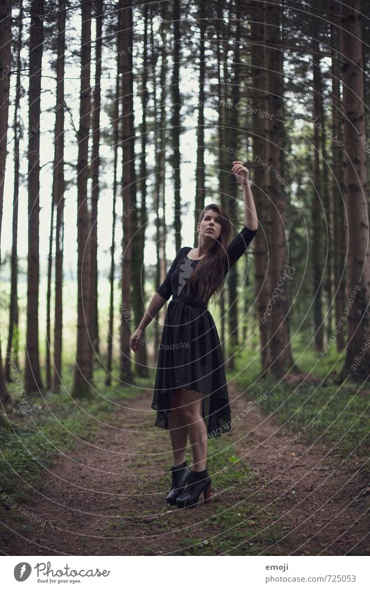grab feminin Junge Frau Jugendliche 1 Mensch 18-30 Jahre Erwachsene Wald außergewöhnlich dunkel Gothic Farbfoto Außenaufnahme Tag Ganzkörperaufnahme