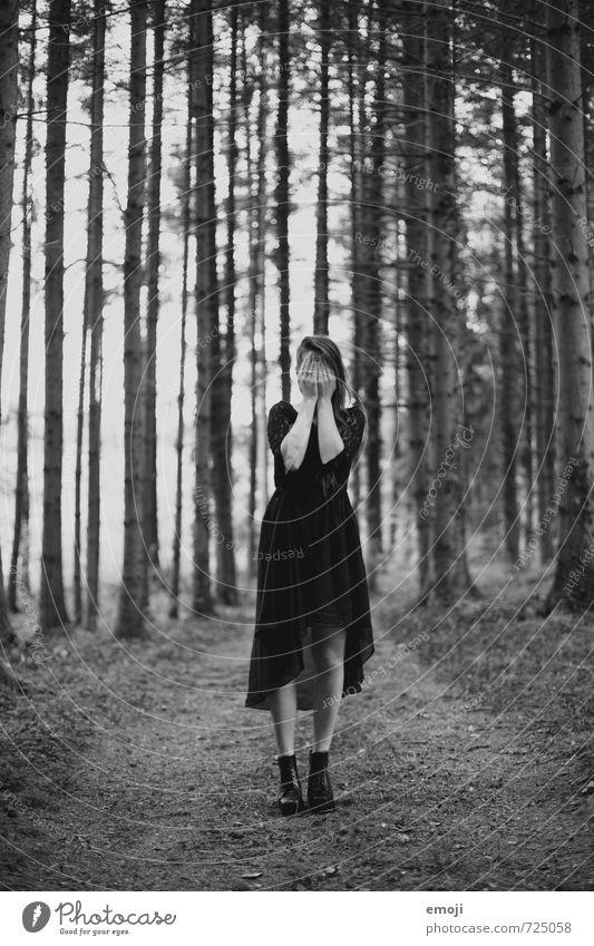 wer bist du? feminin Junge Frau Jugendliche 1 Mensch 18-30 Jahre Erwachsene Wald außergewöhnlich dunkel Identität einzigartig blind Schwarzweißfoto