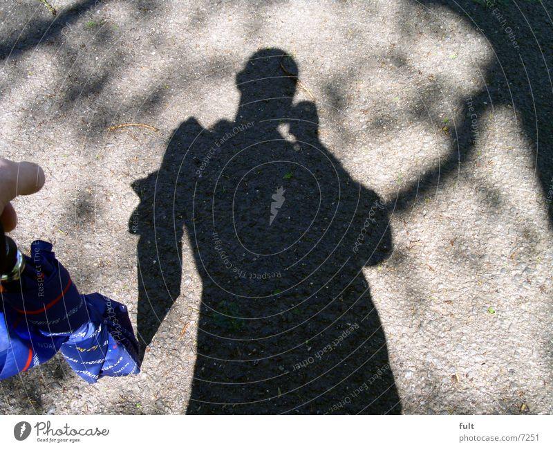 schattenmann Mensch Mann Natur blau Stil Wege & Pfade Bodenbelag Körperhaltung Regenschirm Teer Schutz Fototechnik