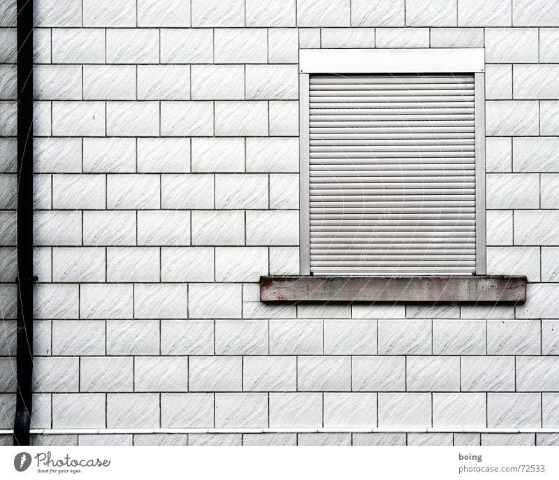 room with no view Fenster Haus Fassade geschlossen Rollladen Rollo Fallrohr Fliesen u. Kacheln Fensterbrett Aluminium Kopfschmerzen dunkel trüb Trauer