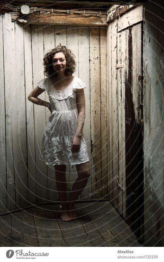 Soll'n das?! Dachboden Junge Frau Jugendliche Körper Beine 18-30 Jahre Erwachsene Kleid brünett langhaarig Locken Holz Kommunizieren Lächeln stehen ästhetisch