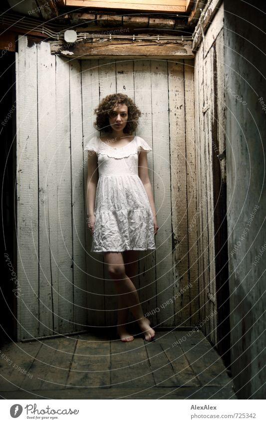Erwartungshaltung Dachboden Junge Frau Jugendliche Körper Beine 18-30 Jahre Erwachsene Mauer Wand Kleid brünett langhaarig Locken beobachten stehen warten