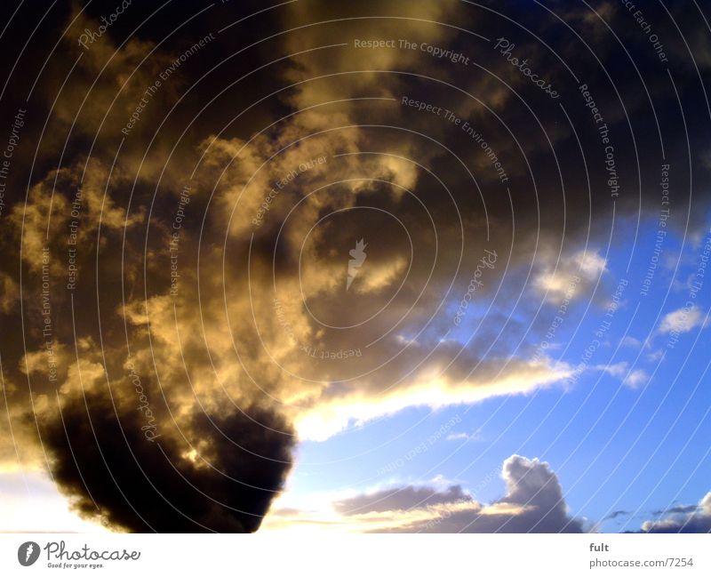 schwarzes herz am himmel Wolken Wetterumschwung gelb braun Himmel Kontrast blau Herz Strukturen & Formen Wind Übergang Liebe Ferien & Urlaub & Reisen hellbau